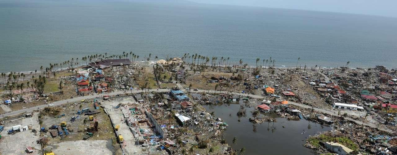 11 de novembro -Imagem aérea mostra destruição na cidade de Tacloban, na província de Leyte