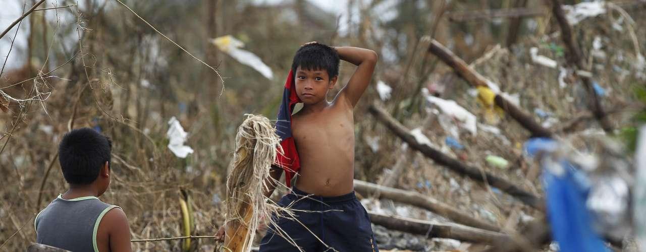 11 de novembro -Moradores andam pelos destroços na cidade de Tacloban