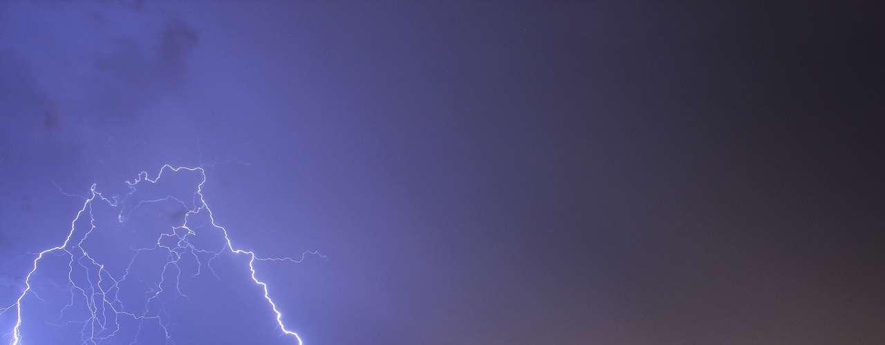 10 de novembro - Raios atingem a cidade de Santana do Livramento (RS), a 490 quilômetros de Porto Alegre, na fronteira com o Uruguai. O município foi atingido por tempestades que levaram chuva e ventos fortes a todo o Estado neste domingo. O sistema, chamado de linha de instabilidade, chegou pelo oeste do RS e se deslocou para o nordeste. Em Santana do Livramento, houve acúmulo de 100 milímetros de chuva em 24 horas. Em Canguçu (RS), no sul do Estado, houve rajadas de vento de 70 km/h