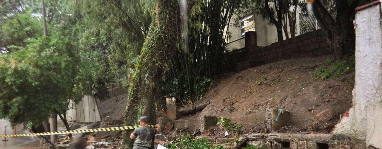 11 de novembro -Chuva forte que atinge Porto Alegre derruba parte do muro do Hospital Militar, na rua Marquês do Pombal