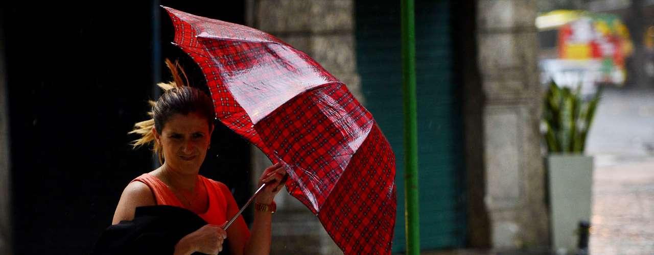 12 de novembro - Após calor recorde, cariocas foram surpreendidos com vendaval e chuva forte no fim da tarde desta terça-feira