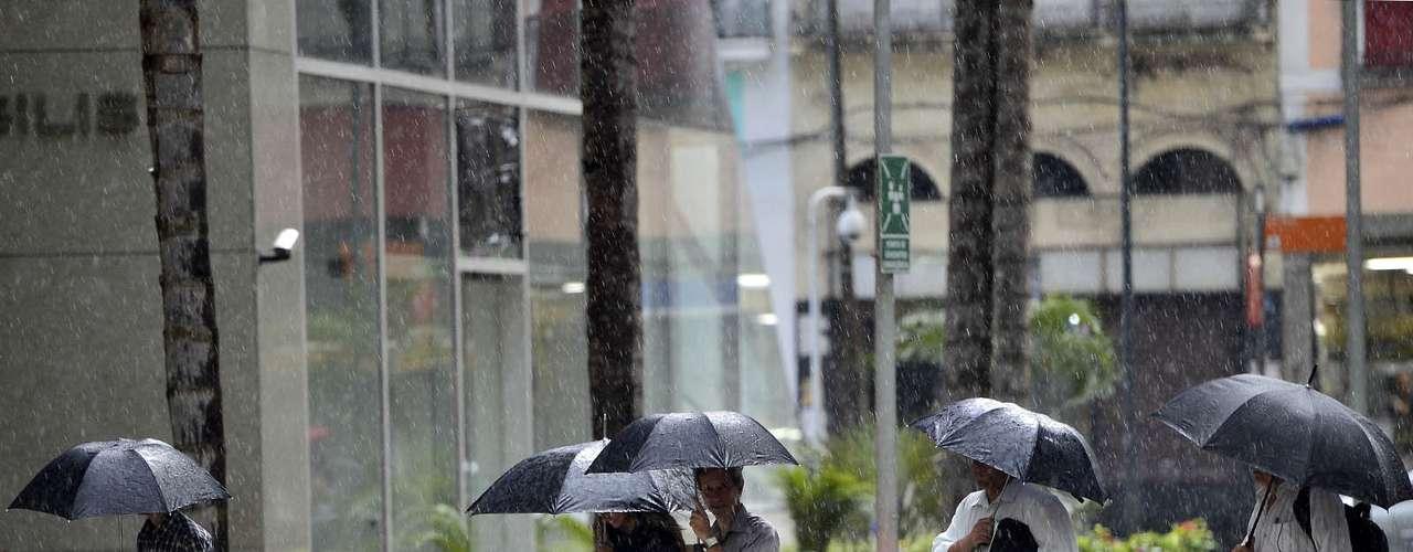 12 de novembro - Após tarde com calor acima de 40°C, Rio de Janeiro registra chuva forte