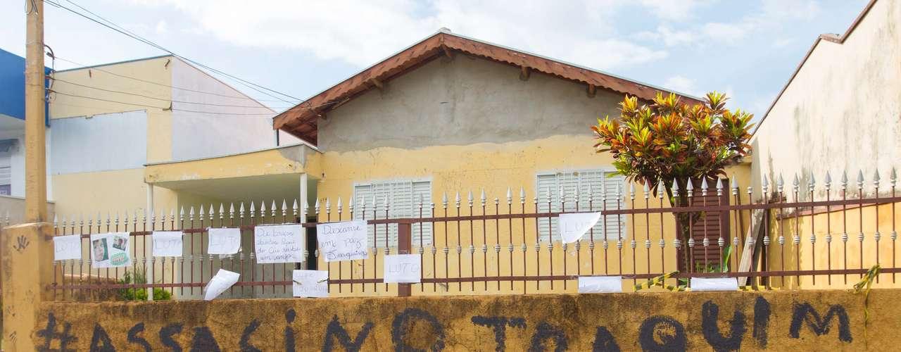 12 de novembro - A casa da vítima e dos suspeitos amanheceu pichada no dia seguinte ao enterro de Joaquim