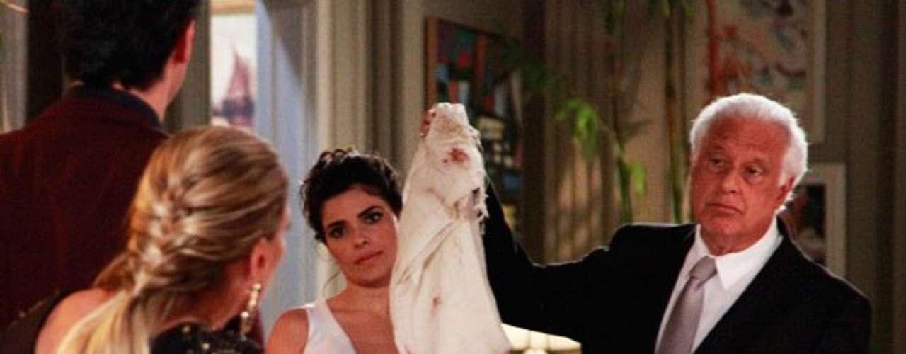 César revela que Félix jogou Paulinha no lixo, e Paloma não perdoa. O médico exibe a echarpe que envolvia Paulinha na noite do roubo com as digitais do filho