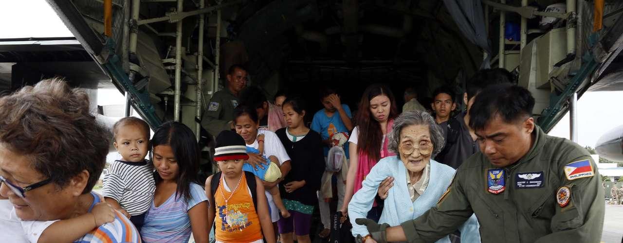 12 de novembro -Primeiros moradores de Tacloban chegam em Manila, capital das Filipinas, após serem evacuadas