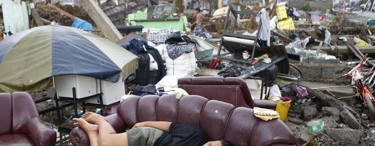 12 de novembro - Nas cidades mais devastadas, moradores reúnem aquilo que encontram entre destroços