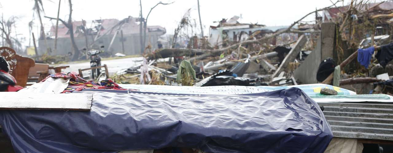 12 de novembro -Em Palo, a população improvisa maneiras de se proteger em meio à devastação