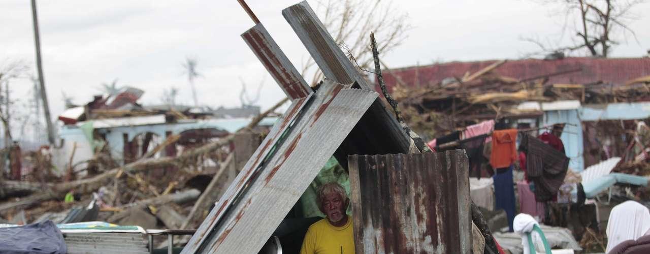 12de novembro-Em Tacloban, a improvisação ajuda a proteger aquilo que foi salvo