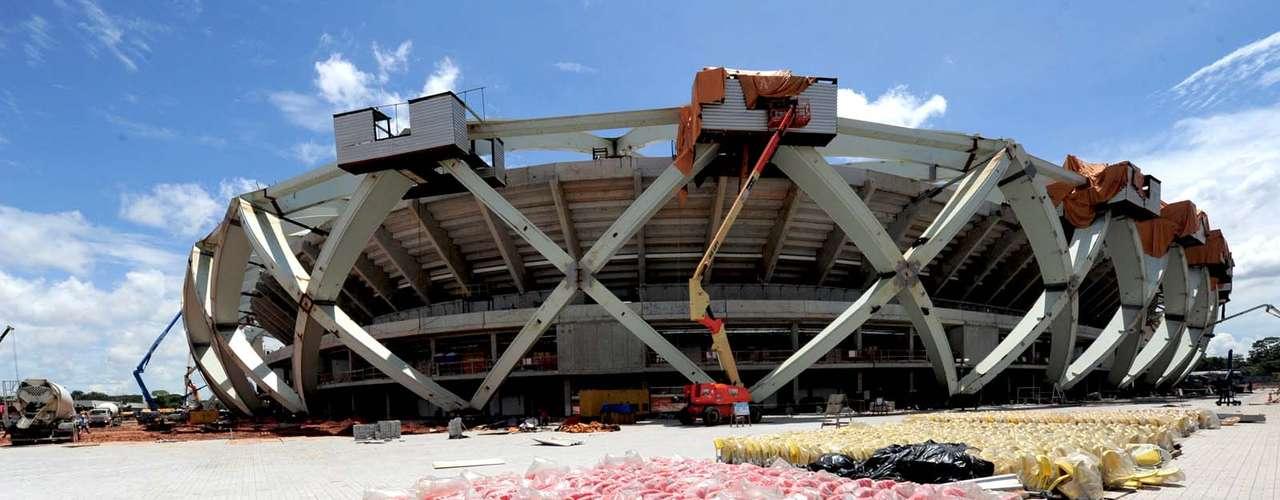 12 de novembro de 2013: instalação dos assentos também continua no estádio