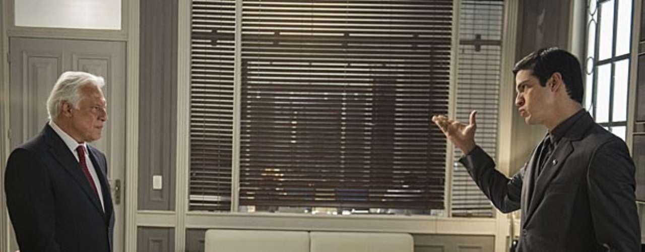 César (Antonio Fagundes) descobre que Félix (Mateus Solano) contratou Anjinho (Lucas Malvacini) como seu assistente pessoal e vai atrás do filho explodindo de raiva