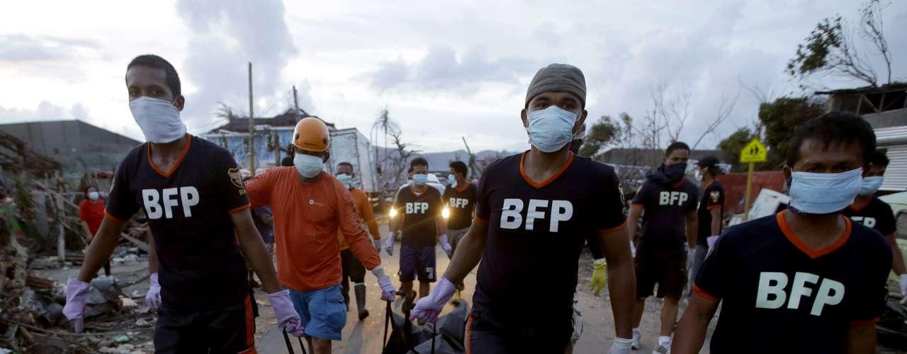 13 de novembro - Bombeiros carregam corpo recuperado nesta quarta-feira em Tacloban