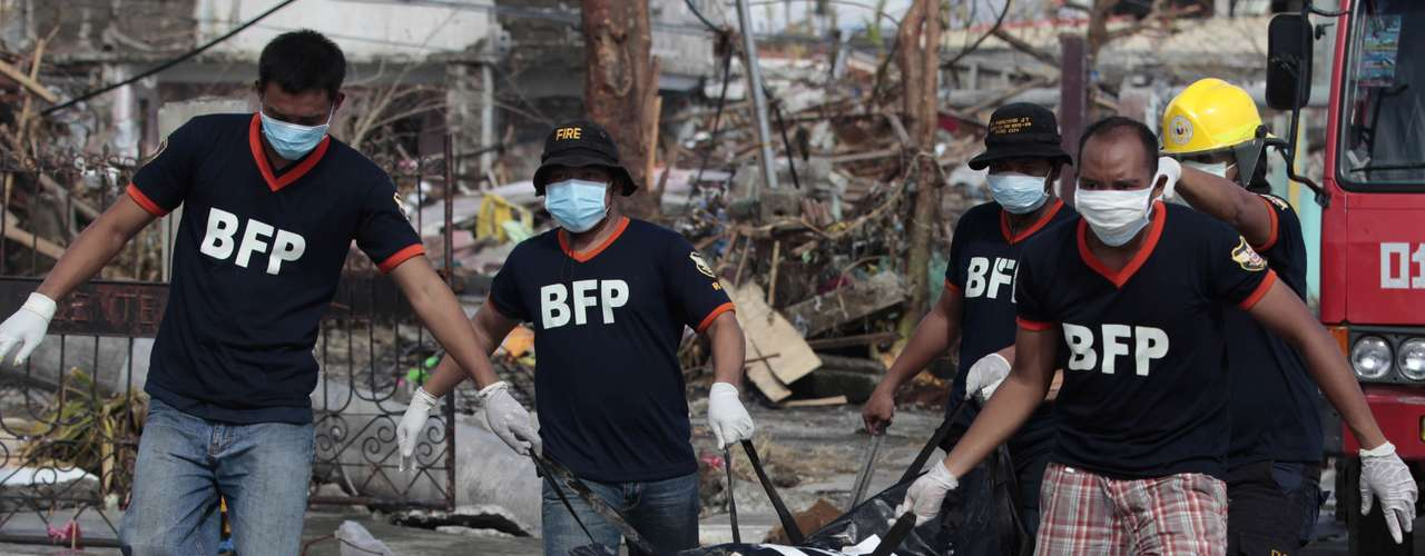 13de novembro-Voluntários carregam mais uma vítima do tufão que matou milhares em Tacloban