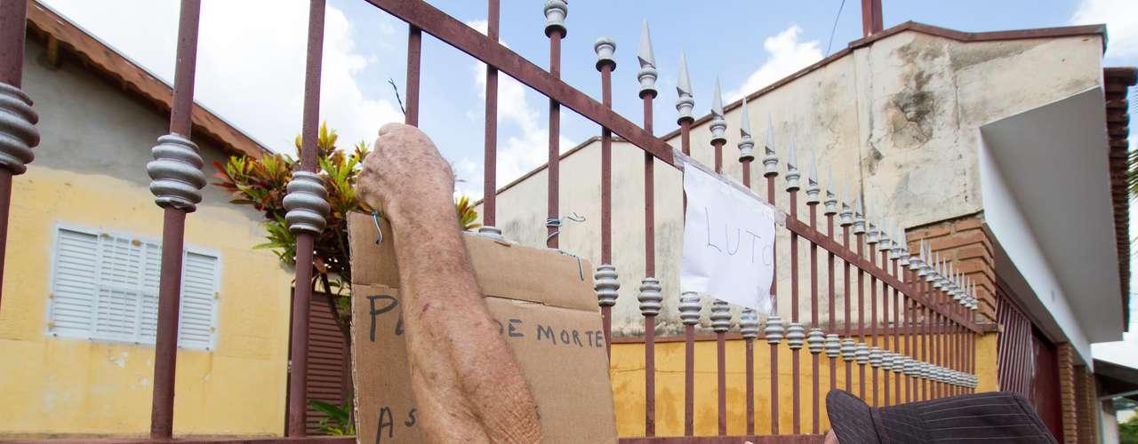 13 de novembro - Moradores de Ribeirão Preto colaram cartazes na casa da família
