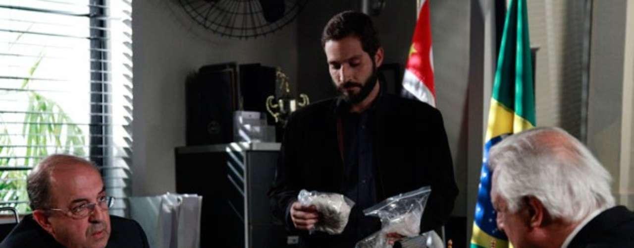 César consegue digitais de Félix e pede a delegado um exame na echarpe que envolveu Paulinha na noite em que ela foi raptada