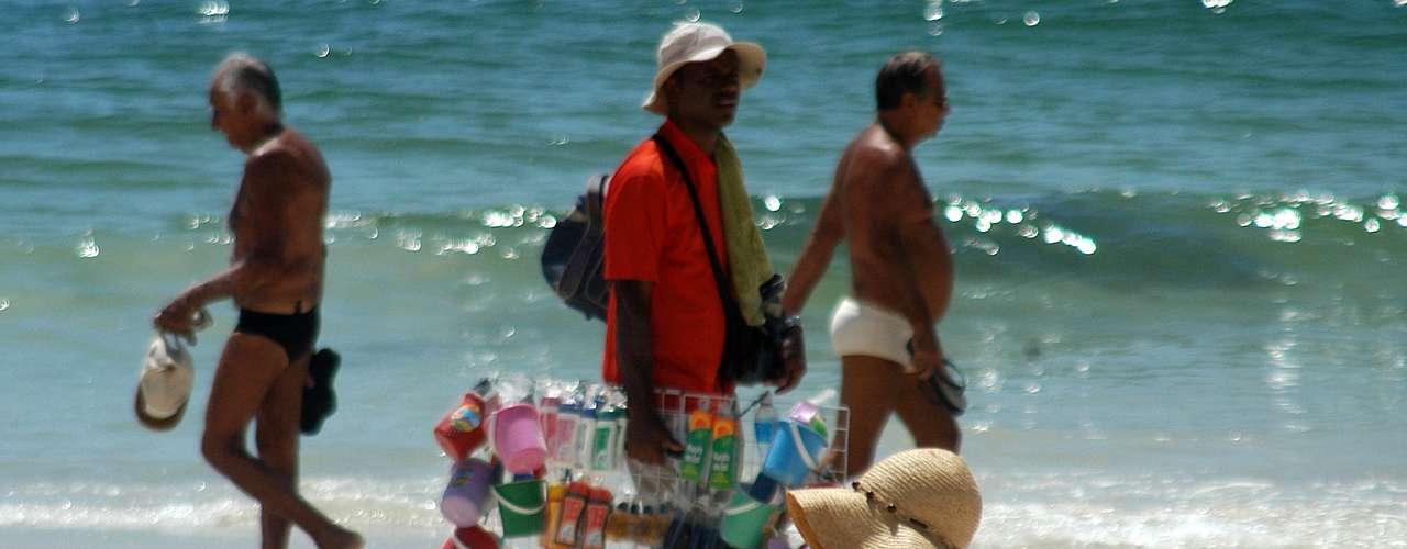 14 de novembro - Muitos banhistas aproveitam para se bronzear na praia de Copacabana, mas é preciso cuidados, já que os raios ultravioletas do sol hoje são considerados extremos