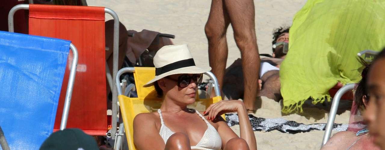 Novembro 2013 -A atriz Carolina Ferraz aproveitou a ensolarada tarde desta sexta-feira (15) ao lado do namorado, o médico Marcelo Marins, na praia do Leblon, na zona sul do Rio de Janeiro