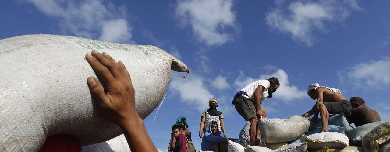 15 de novembro -Sacos de arroz são descarregados em Tacloban para serem distribuídos às vítimas