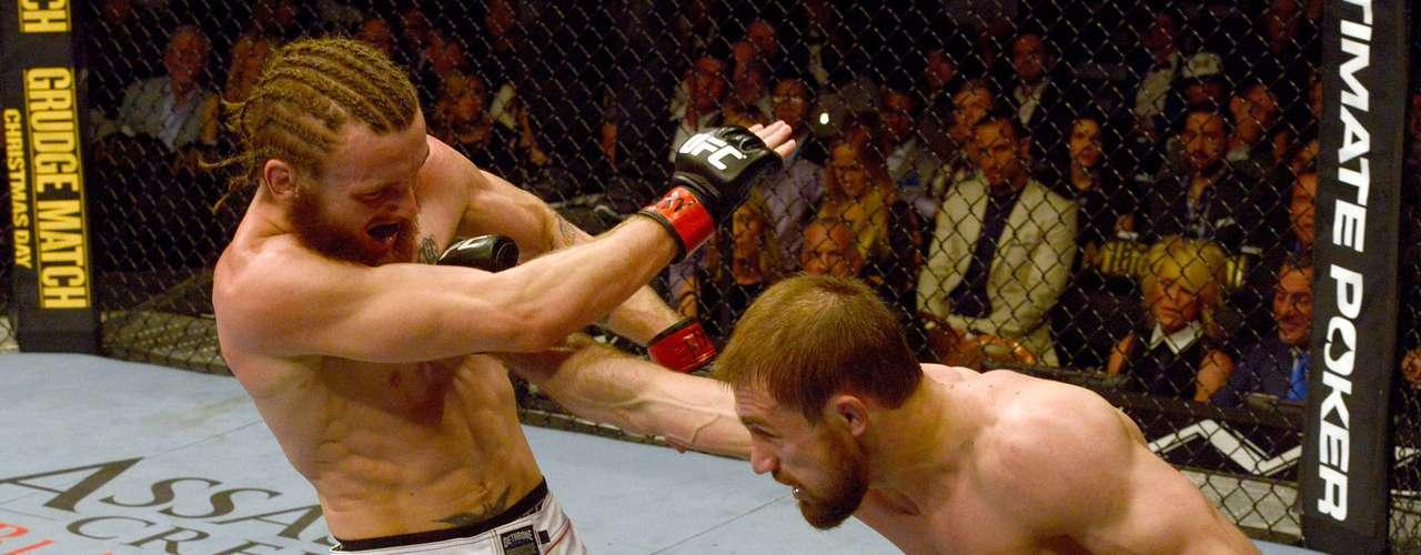 Ali Baugatinov golpeia em vitória sobre Tim Elliot