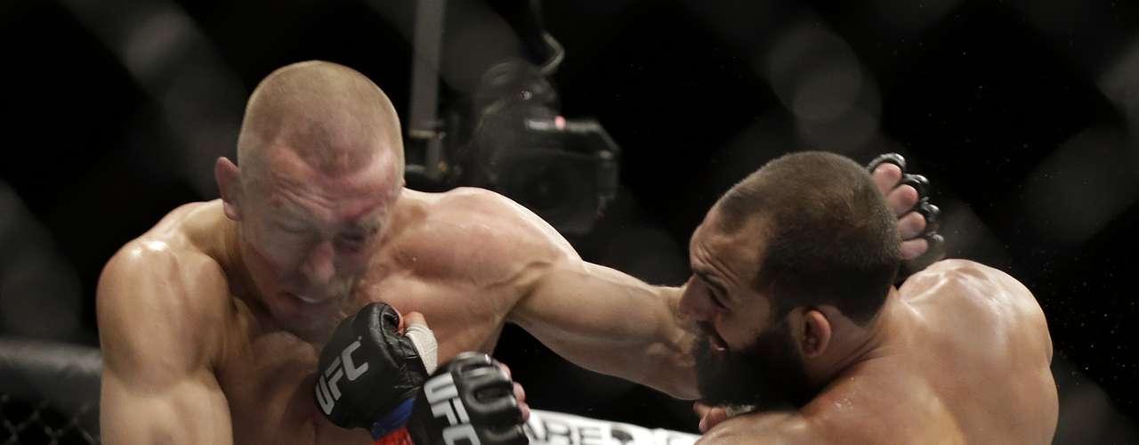 Hendricks golpeia St. Pierre no UFC 167