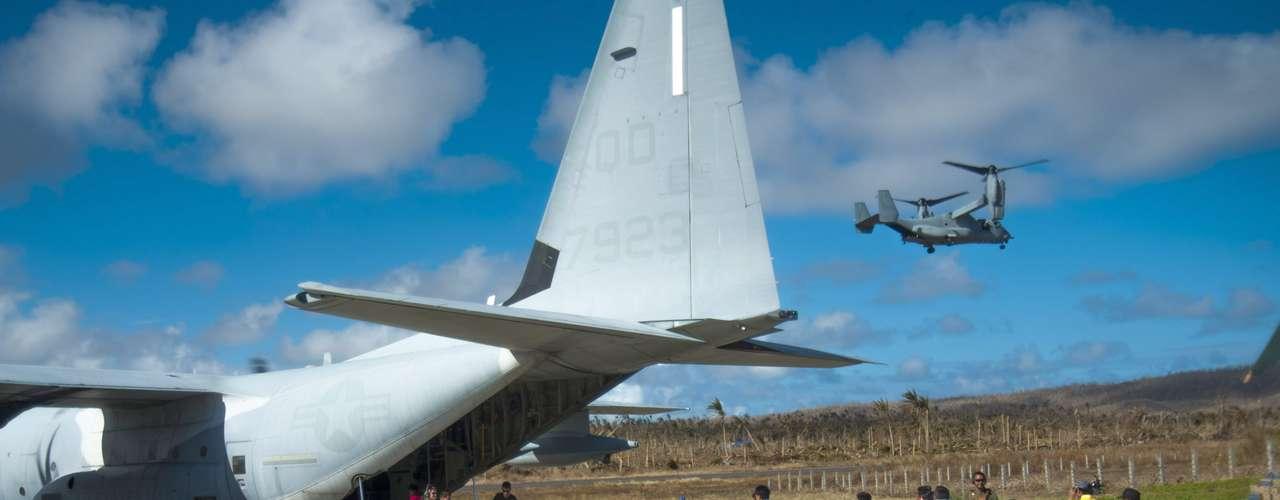18 de novembro - Avião do Exército americano ajuda autoridades filipinas a transportar alimentos para sobreviventes em áreas remotas