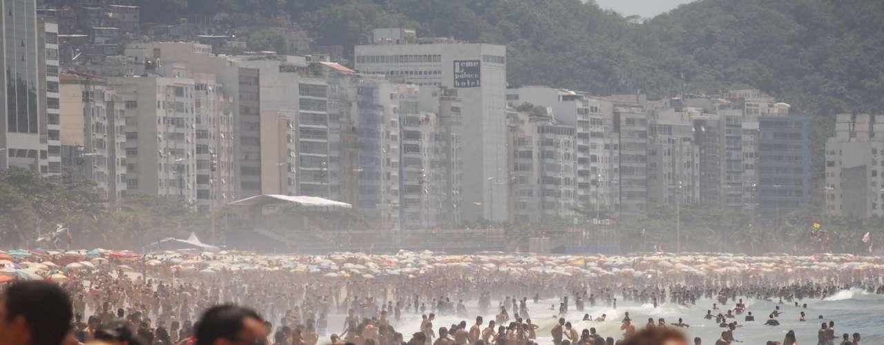 20 de novembro - Praia de Copacabana lotada neste feriado ensolarado
