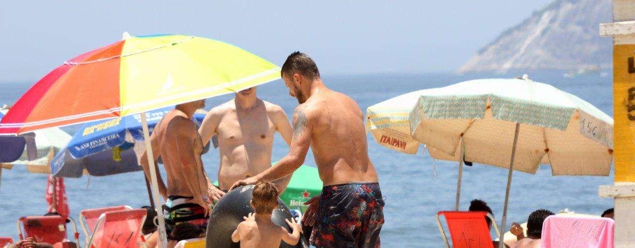 Novembro 2013 -O ator Rodrigo Hilbert aproveitou a ensolarada quarta-feira (20) para curtir com os filhos a praia do Leblon, na zona sul do Rio de Janeiro