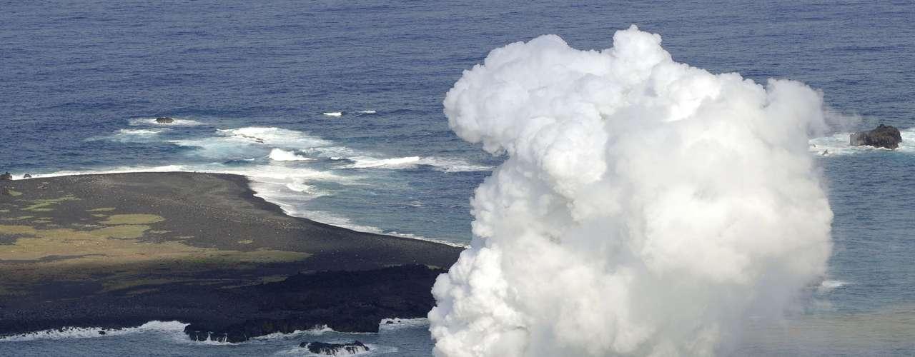 21 de novembro -A nova ilha fica ao lado da Nishinoshima, uma pequena e desabitada ilha no arquipélago de Ogasawara