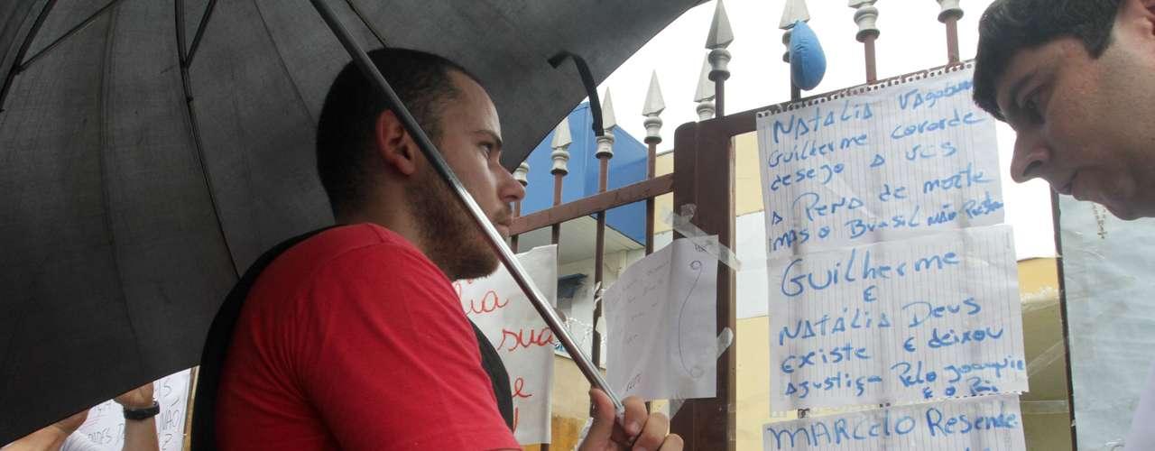 22 de novembro - Guilherme Longo, padrasto de Joaquim, lê cartazes com mensagens de repúdio ao crime em frente a sua residência, em Ribeirão Preto