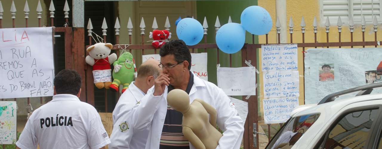 22 de novembro - Peritos usam boneco com as proporções do menino Joaquim durante reconstituição