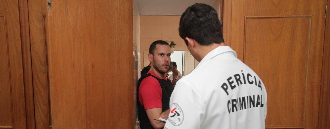22 de novembro - Imagem mostra Guilherme saindo de casa após pegar o guarda-chuva e voltando após ter ido procurar drogas