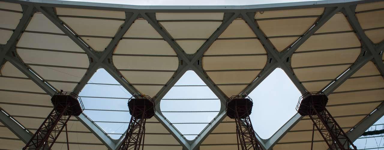 25 de novembro de 2013: em um dos lados do estádio quase todas membranas foram colocadas