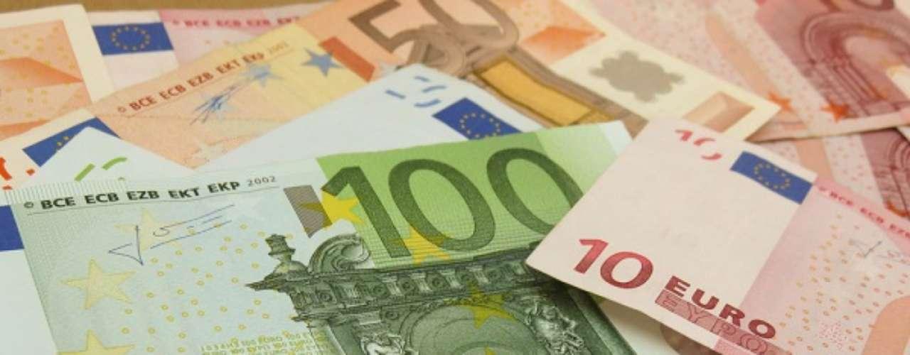 Alemanha, Itália, Bélgica, França, Grécia, Holanda, Portugal e Espanha: algumas das favoritas à Copa têm o euro como moeda. Atualmente, um dólar equivale a 0,74 euro