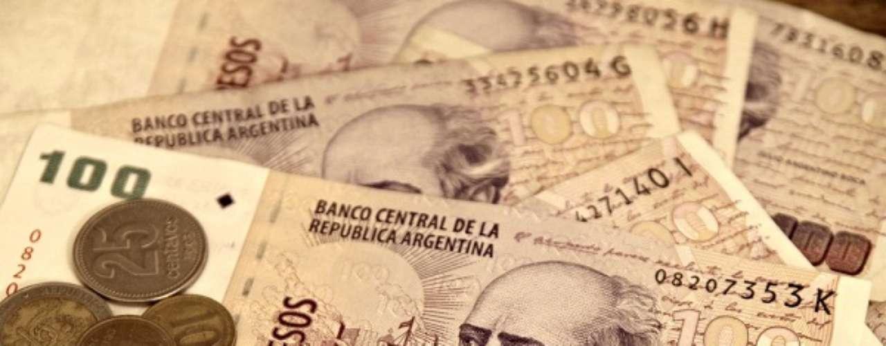 Os argentinos tiveram a economia dolarizada entre 1992 e 2001. Hoje, um dólar pode ser trocado por 6,04 pesos argentinos