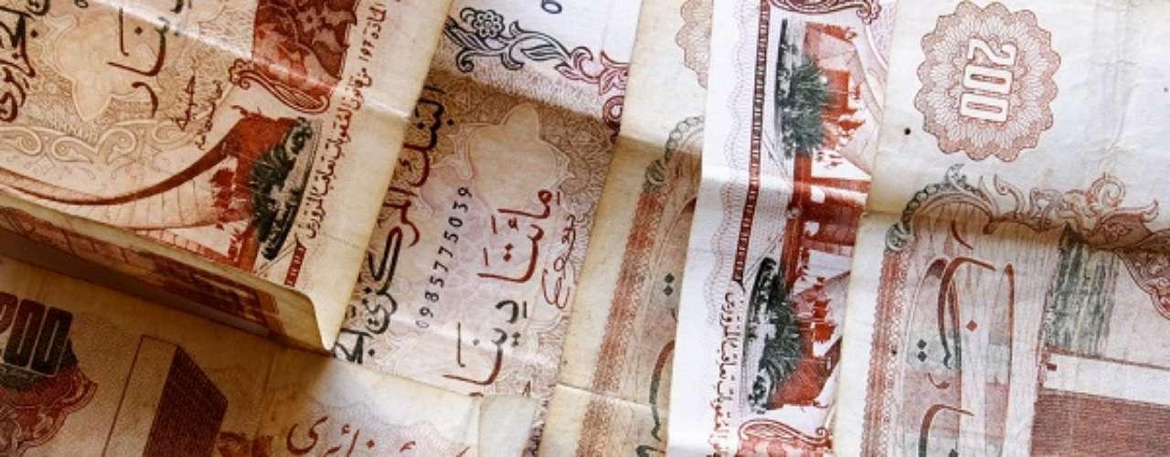 Nove países usam diferentes dinares como moeda, entre eles a Argélia. Um dólar compra 79,80 dinares argelinos