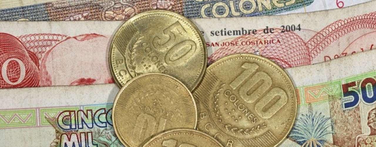 Apesar de aceitar de maneira não oficial o dólar, a Costa Rica tem como moeda oficial o colón costa-riquenho. Pode-se comprar 493 colóns com um dólar