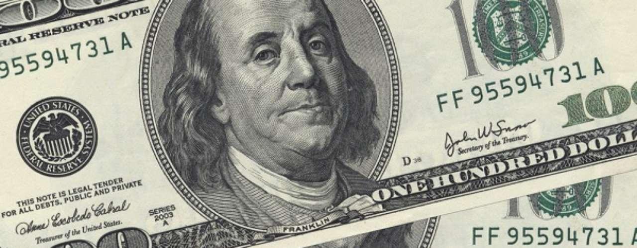 Atrás apenas do euro entre as moedas mais utilizadas do mundo, o dólar é a moeda oficial dos Estados Unidos. Um real compra 0,43 dólar
