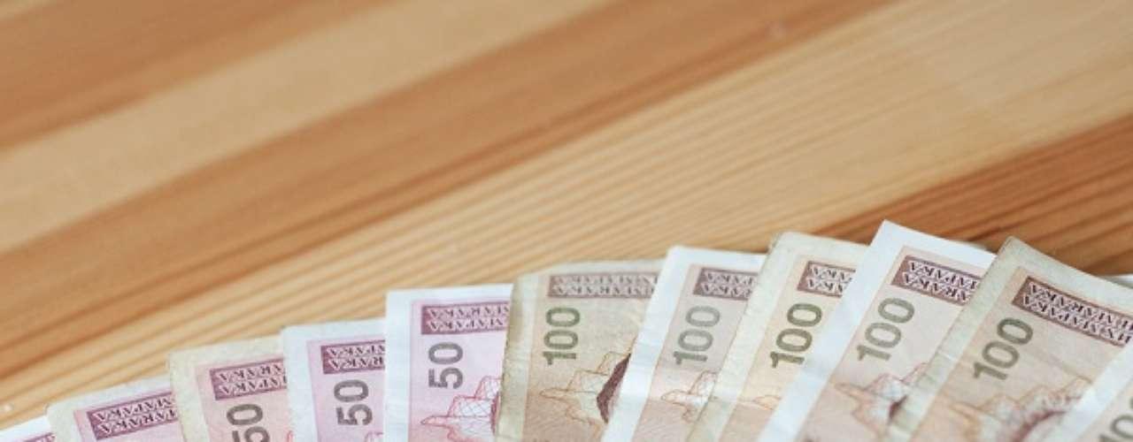 A moeda da grande surpresa europeia, a Bósnia-Herzegovina é o marco conversível bósnio. Apesar da economia do país estar ainda se reestruturando após uma violenta década de 1990, a moeda é valorizada. Um dólar compra 1,45 marco