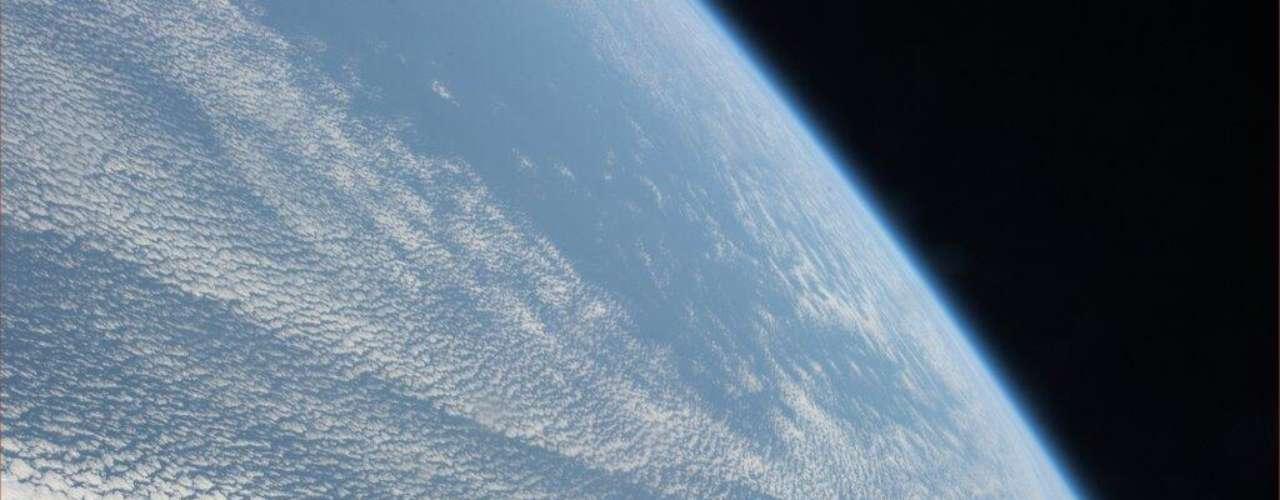 O astronauta americano Mike Hopkins fotografou a Terra a partir da Estação Espacial Internacional, onde se encontra como parte da missão 38. Nesta imagem, ele destaca um \