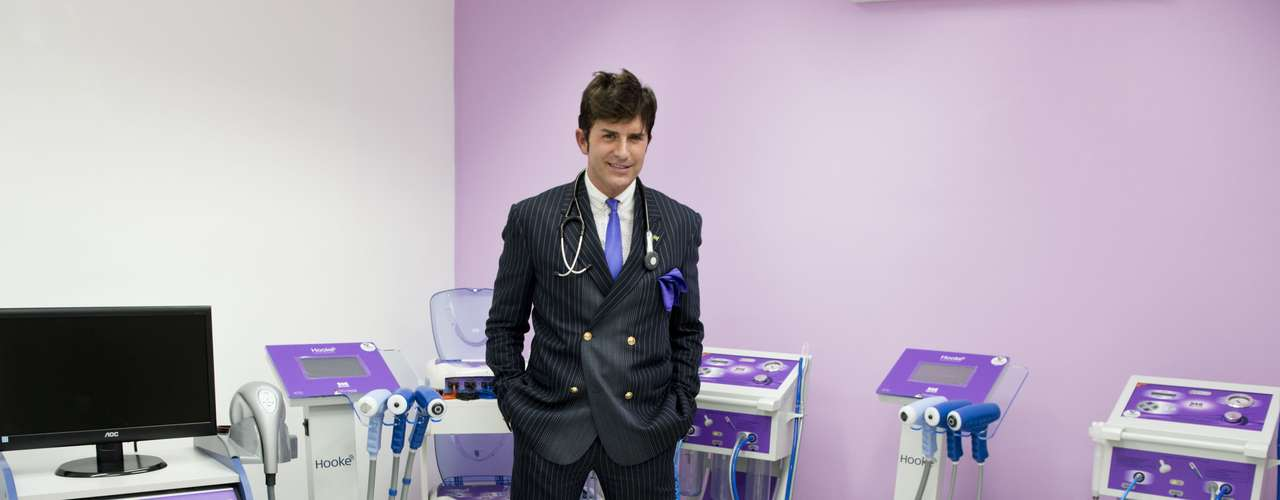 O médico inaugurou sua clínica de estética em Moema, bairro da capital paulista, na noite de terça-feira (26)