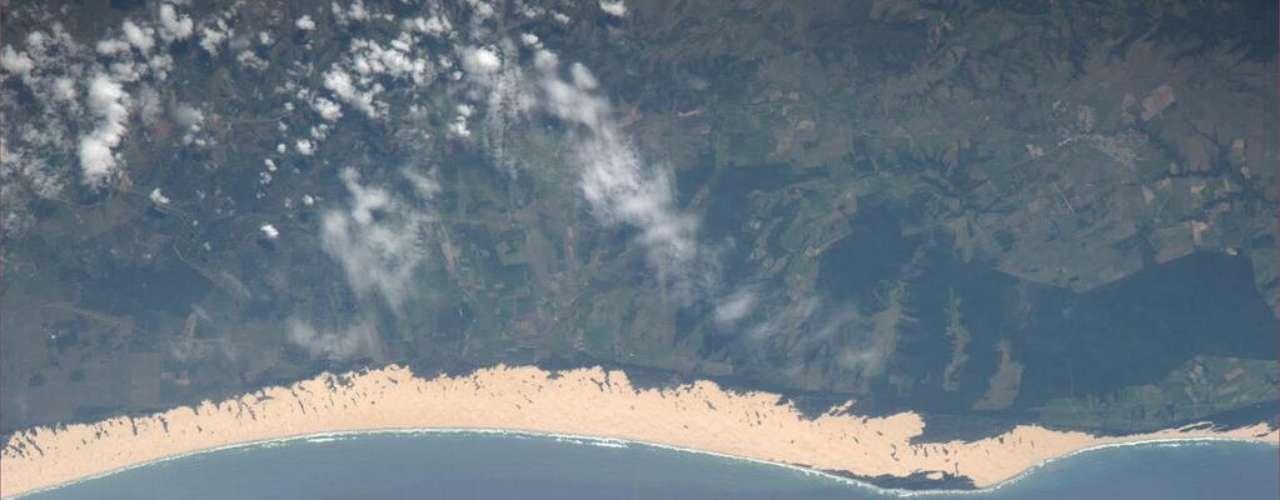 O astronauta americano Richard Mastracchio estava procurando uma cratera de meteoro na África do Sul (a maior e mais antiga que se tem notícia, a de Vredefort,  está nesse país). Ele não a encontrou, mas também não desperdiçou a oportunidade, fotografando um pedaço da costa da nação