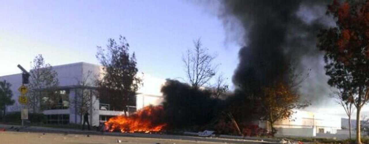 Fotos reproduzidas no Twitter por testemunhas mostram Porsche ocupado por Paul Walker e amigo em chamas após acidente na Califórnia
