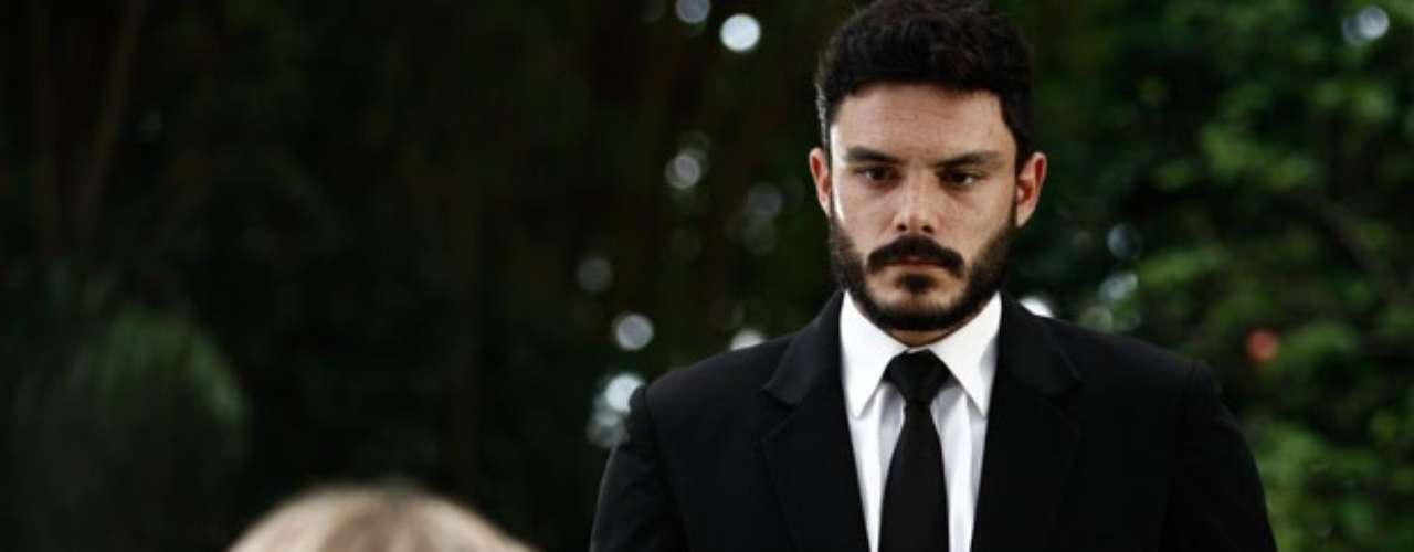Maciel conta para Pilar que provocou o acidente de Atílio e deu um golpe em Márcia