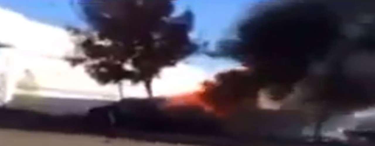 Um internauta filmou o local do acidente que matou o ator Paul Walker moments após a colisão. O norte-americano do filme 'Velozes e Furiosos' estava de carona quando o motorista perdeu o controle do Porsche.