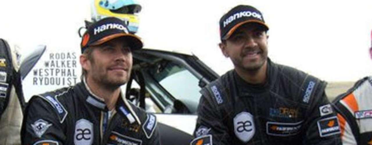 Paul Walker e Roger Rodas estavam em carro que colidiu com poste na Califórnia; na foto, dupla posou em evento automobilístico em 2010