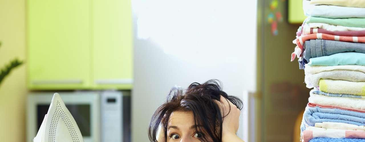 Já as tarefas domésticas parecem ainda estarem muito ligadas ao universo feminino; para 43% deles, quem deve cuidar da casa é a mulher, enquanto que 89% dos entrevistados consideram inaceitável que a mulher não mantenha a casa em ordem