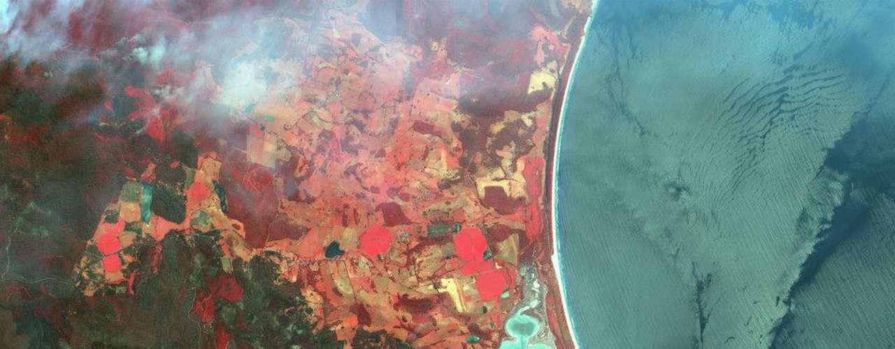 Imagem em cores falsas (em vermelho aparece a vegetação saudável) feita durante incêndios florestais na Austrália em janeiro