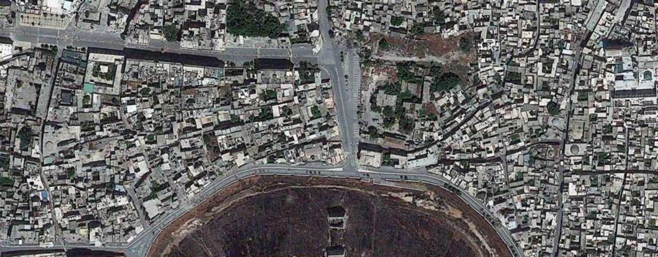 Imagem mostra a fortaleza medieval de Aleppo na Síria. Uma ilusão de óptica faz com que a colina pareça um buraco
