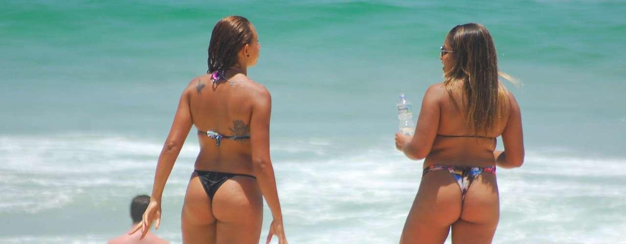 5 de dezembro - Banhistas aproveitam dia de forte calor na praia de Ipanema, no Rio de Janeiro
