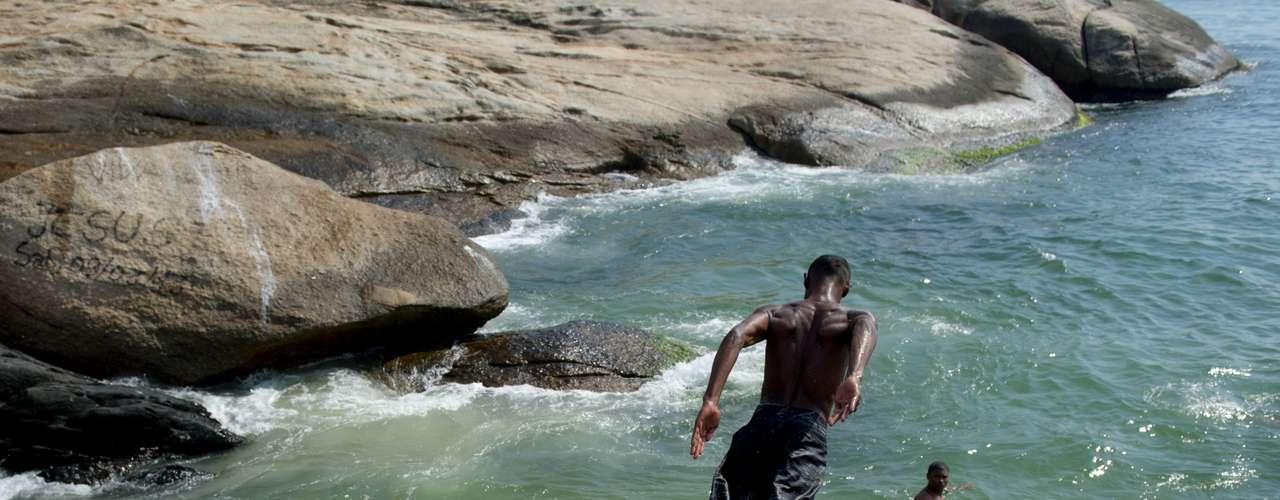 5 de dezembro -Banhistas aproveitam o calor no Rio de Janeiro, na praia do Arpoador