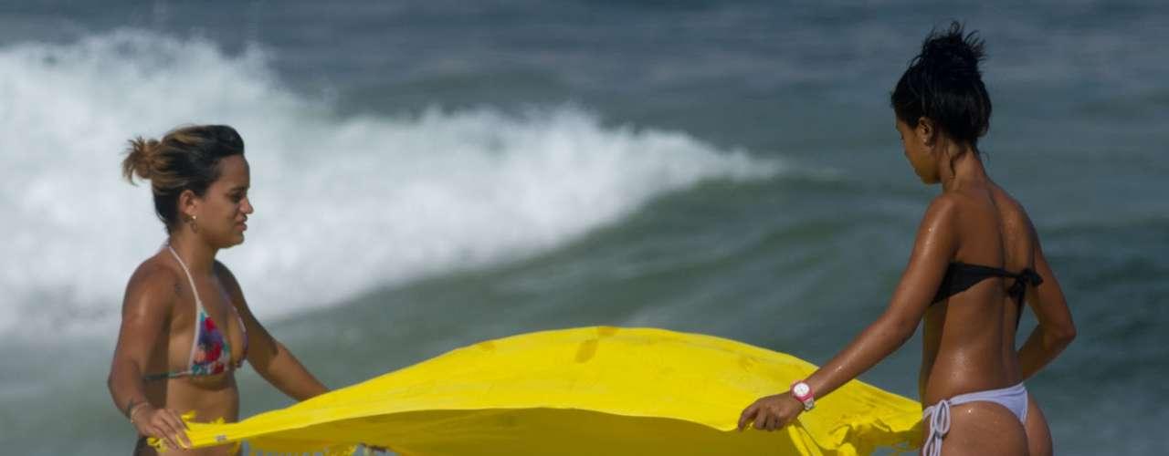 5 de dezembro -Garotas aproveitam praia no Rio de Janeiro nesta quinta-feira